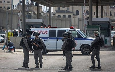 Security forces at the Qalandiya checkpoint after a  Palestinian woman was shot and wounded to thwart a suspected attack, on February 27, 2017. (Flash90)