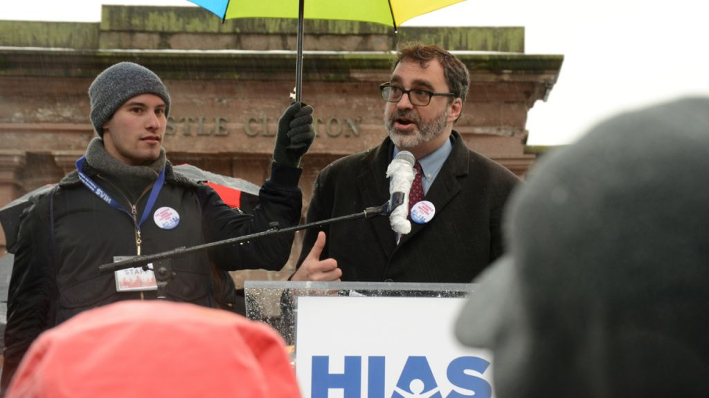 Mark Hetfield, president and CEO of HIAS, welcomes hundreds to the Jewish Rally for Refugees in Battery Park, New York, on February 12, 2017. (Courtesy HIAS)