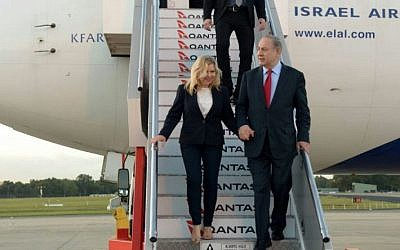 Prime Minister Benjamin Netanyahu and his wife Sara land in Australia on an official visit. February 21, 2017 (Haim Tzach / GPO)