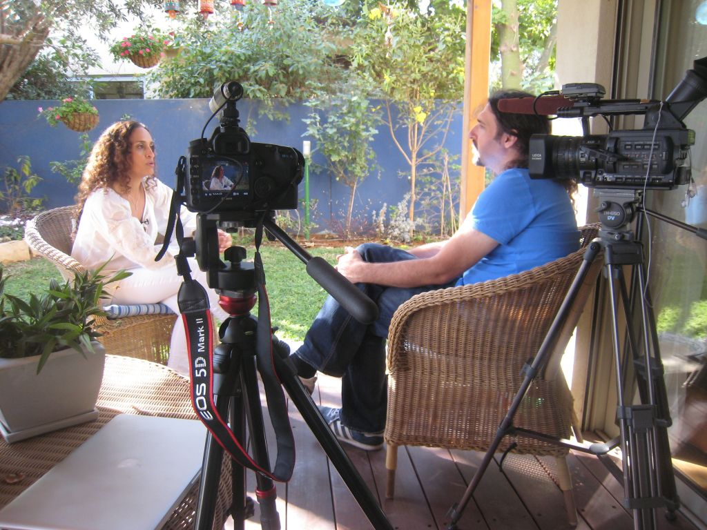 Igal Hecht interviewing Achinom Nini in 2011 for 'Muzika.' (Photo by Lior Cohen)