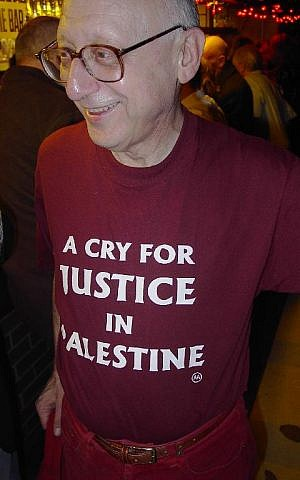 British MP Gerald Kaufman in 2003 wearing a pro-Palestinian t-shirt. (Wikipedia/Martin Rathfelder/public domain)