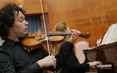 Violinist Yevgeny Kutik performs at Temple Emanuel in Newton, Massachusetts, on December 16, 2016 (Leah Kleiman)