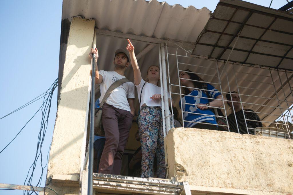 Ben Azzai participants Joe Gamse and Rebecca Silverblatt at the Shravan Medical Centre in the Kalwa Slum. (Courtesy)