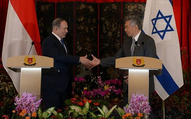 Prime Minister Benjamin Netanyahu and Singapore Prime Minister Lee Hsien Loong speak at a press conference in Singapore, February 20, 2017. (Haim Zach GPO)