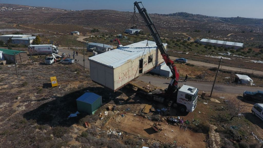 Defense Ministry dismantling Amona outpost in the central West Bank on February 6, 2017. (Courtesy Amona Council)