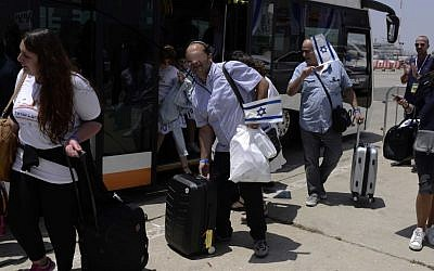 Illustrative photo of French Jewish immigrants to Israel, arriving at  Ben Gurion International Airport on July 20, 2016 ( Tomer Neuberg/FLASH90).