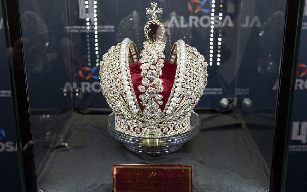 A replica of Russian Queen Catherine the Great's imperial crown, which was used in the coronations of all Russian monarchs since Catherine the Great, set with 11,352 polished diamonds, with a total weight of 1,180 carats and on sale for $20 million, during the International Diamond Week (IDW) in the Israeli city of Ramat Gan, east of Tel Aviv on February 14, 2017.  / AFP PHOTO / JACK GUEZ