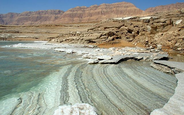 As the water level of the Dead Sea recedes, brilliant colors and patterns emerge from beneath the water. (courtesy Noam Bedein)
