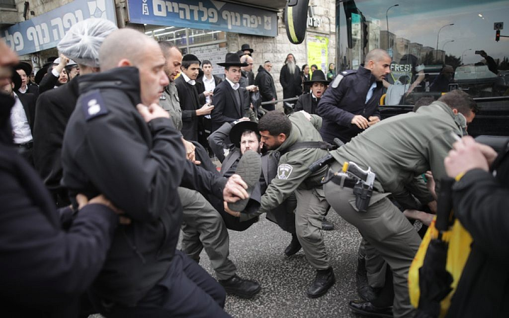 Police officers clash with ultra-Orthodox Jewish protesters during a demo against the arrest of Jewish seminary student who failed to comply with a recruitment order in Jerusalem on February 9, 2017. (Yonatan Sindel/Flash90)