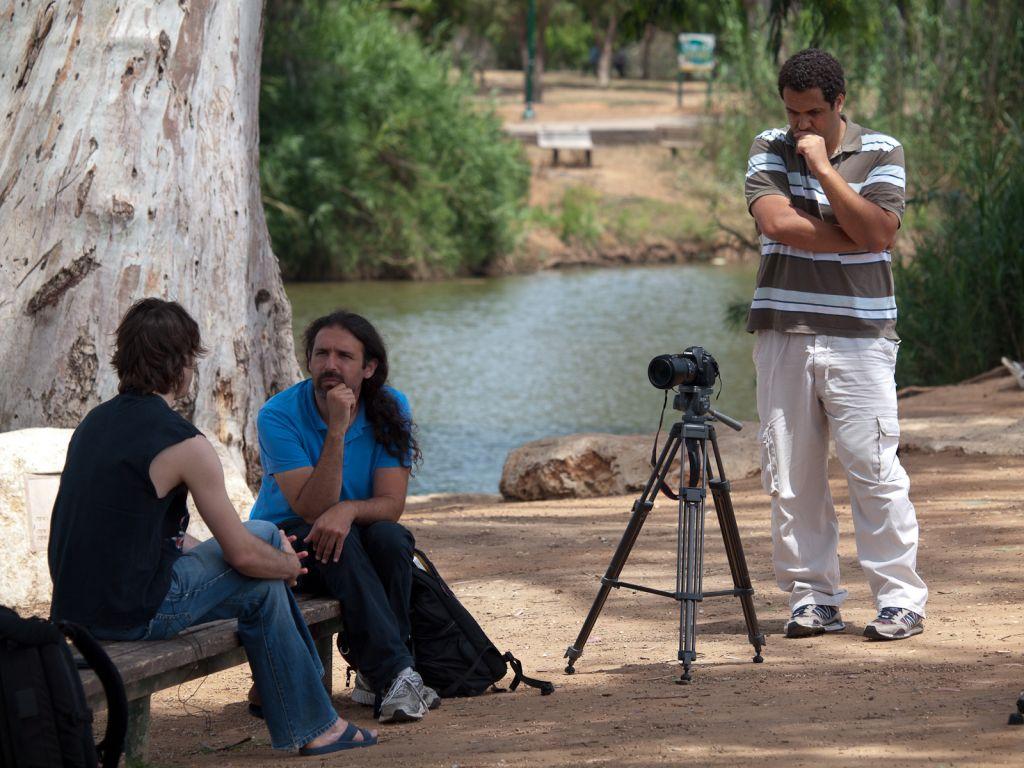 Igal Hecht Interviewing Israeli musician Geva Alon. (Photo by Ziv Kenet)
