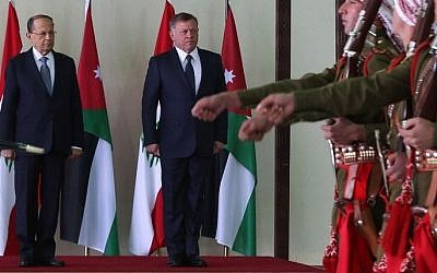 Lebanese President Michel Aoun (L) and Jordan's King Abdullah II (R) review the honour guard during an official welcome ceremony at Marka airport in Amman on February 14, 2017. / AFP PHOTO / POOL / KHALIL MAZRAAWI /