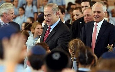 Prime Minister Benjamin Netanyahu and his Australian counterpart Malcolm Turnbull, right, meet with students during a visit to the Moriah War Memorial College in Sydney on February 23, 2017. (AFP Photo/Pool/Dean Lewins)