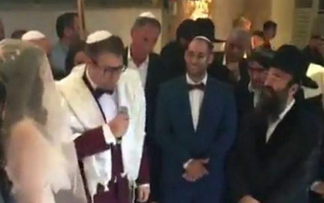 MK Oren Hazan (holding mic) gets married to Rinat Kotkovsky, February 12, 2017 (Screen capture: Channel 2)