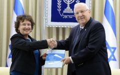 Bank of Israel Governor Karnit Flug presents the bank's 2016 report to President Reuven Rivlin, March 29, 2017. (Mark Neiman, GPO)
