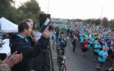 Jerusalem Mayor Nir Barkat marking the start of the 2017 Jerusalem Marathon. (Flash90)