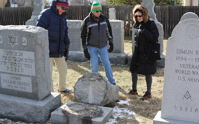 (L-R) Richard Markus, Sidney Markus (C) and Sandy Rosenthal look at a vandalized gravestone at Stone Road or Waad Hakolel Cemetery in Rochester, New York on March 3, 2017. (AFP PHOTO / Gretchen STUMME)