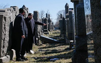 Members of the Jewish community inspect toppled headstone at  Washington Cemetery in the New York burough of Brooklyn on March 5, 2017. (AFP/EDUARDO MUNOZ ALVAREZ)