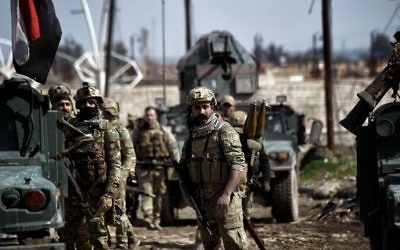 Iraqi forces gather in position as they prepare for clashes with Islamic State (IS) group fighters in Mosul on March 5, 2017, during an offensive to retake the western parts of the city from the jihadists. (AFP/Aris Messinis)