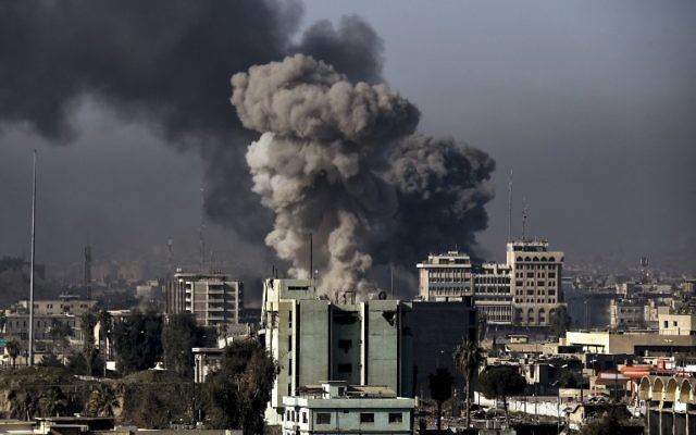Smoke rises following an airstrike in western Mosul on March 6, 2017, during an offensive by Iraqi forces to retake the western parts of the city from Islamic State (IS) group. (AFP PHOTO / ARIS MESSINIS)