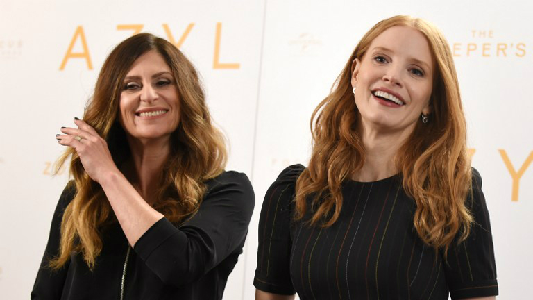 New Zealander film director Niki Caro, left, and US actress Jessica Chastain, who plays the main character, at a press conference prior to the gala screening of 'The Zookeeper's Wife' in Warsaw on March 7, 2017. (Janek Skarzynski/AFP)
