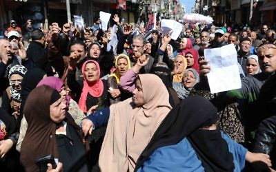 Dozens of Egyptians take part in demonstration in front of a government office in downtown Alexandria on March 7, 2017, against the decision of the supply ministry to limit the distribution of subsidized bread to holders of a new system of digital cards issued by the ministry. (AFP PHOTO / STR)