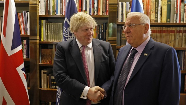British Foreign Secretary Boris Johnson shakes hands with Israeli President Reuven Rivlin during their meeting in Jerusalem on March 8, 2017. (AFP PHOTO / POOL / RONEN ZVULUN)