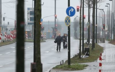 Evacuated hotel guests walk down a road near the site where a unexploded World War II bomb was found in Duesseldorf, western Germany, on March 9, 2017. (David Young/AFP)