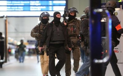 Special police commandos arrive at the main train station in Duesseldorf, western Germany after people were injured by a man with an axe, police said on March 9, 2017. (AFP/dpa/David Young)