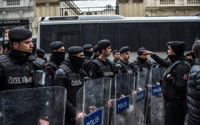 Turkish anti-riot police officers stand guard the street in front of the Netherlands consulate as they demonstrate on March 11, 2017, in Istanbul. (AFP PHOTO / OZAN KOSE)