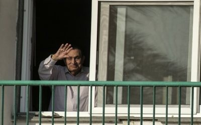This file photo taken on October 6, 2016 shows Egypt's former president Hosni Mubarak waving to people from his room at the Maadi military hospital in Cairo. (AFP Photo/Khaled Desouki)