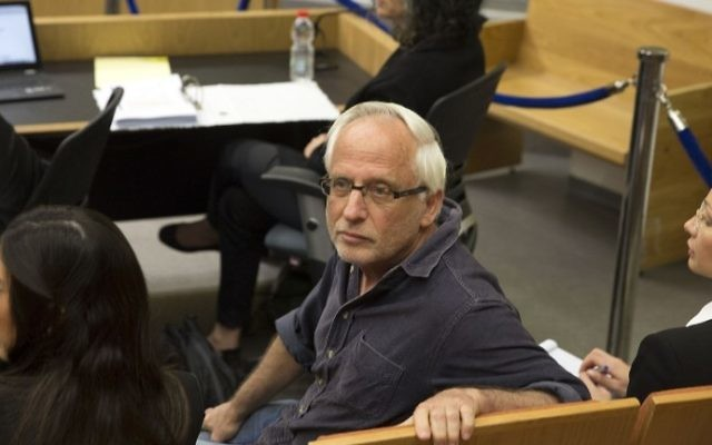 Israeli journalist Yigal Sarna waits at the Tel Aviv Magistrate's Court on March 14, 2017. (AFP Photo/Pool/Heidi Levine)