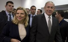 Prime Minister Benjamin Netanyahu (right) and his wife, Sara, as they enter the Tel Aviv Magistrate's Court on March 14, 2017. (AFP/Heidi Levine, Pool)