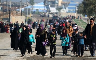 Displaced residents from Mosul's al-Nasser neighborhood evacuate the area on March 14, 2017, as Iraqi forces continue to advance in the embattled city combating Islamic State jihadists. (AFP/Ahmad al-Rubaye)
