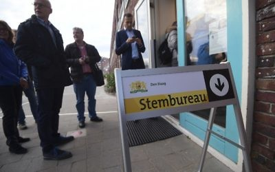 Voters queue outside a polling station at The Hague on March 15, 2017, as polls open across the Netherlands. (Emmanuel Dunand/AFP)