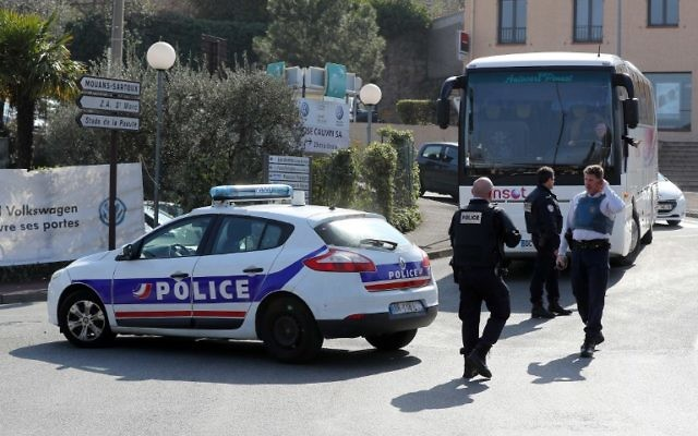 Illustration: Police officers control traffic near the Tocqueville high school in Grasse, southwestern France, after a shooting occured in the school on March 16, 2017. (Valery Hache/AFP)