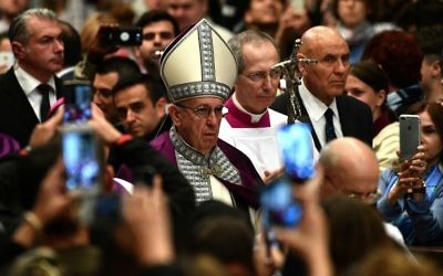 Pope Francis arrives to lead the Liturgy of Penance in St Peter's basilica at the Vatican on March 17, 2017. (AFP/ VINCENZO PINTO)