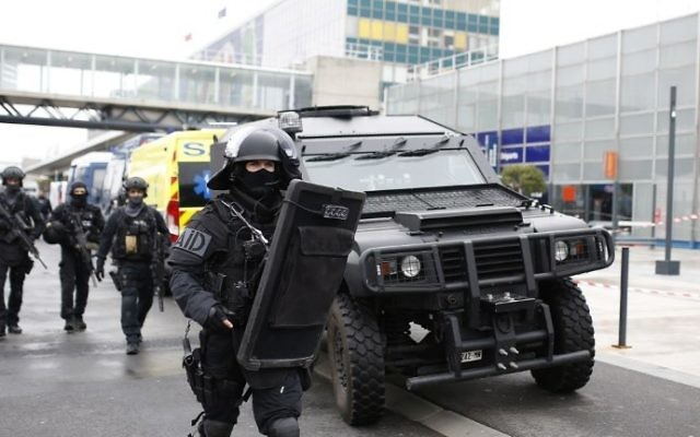 RAID police unit officers secure the area at the Paris' Orly airport on March 18, 2017 following the shooting of a man by French security forces. (AFP/Benjamin Cremel)