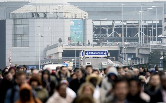 Passengers evacuating the Brussels Airport, in Zaventem, after a string of explosions rocked Brussels airport and a city metro station, March 22, 2016. (AFP Photo/Belga/Dirk Waem/Belgium OUT)