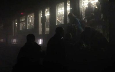 Metro commuters being evacuated from a subway train in Brussels, after an explosion at the Maalbeek station. March 22, 2016. (AFP Photo/EurActiv/Evan Lamos)