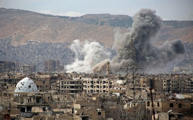 A general view shows smoke rising from buildings following an air strike on Jobar, a rebel-held district on the eastern outskirts of the Syrian capital Damascus, on March 21, 2017. (AFP/Ammar SULEIMAN)