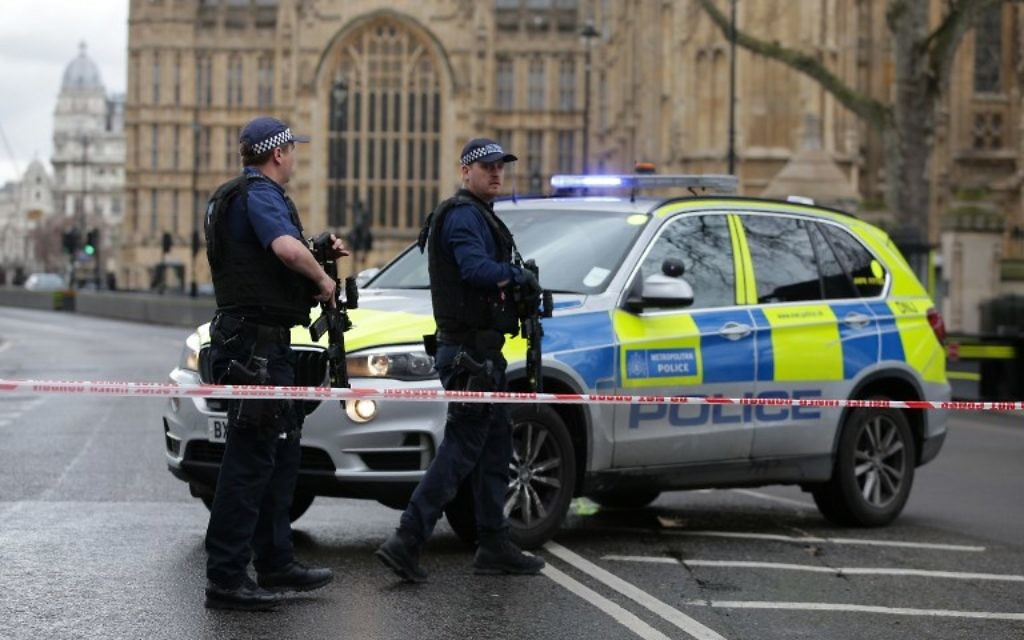 Armed police officers guard at a police cordon outside the Houses of Parliament in central London on March 22, 2017 during an emergency incident. (AFP PHOTO / Daniel LEAL-OLIVAS)