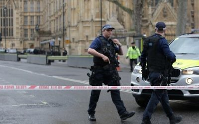 Armed police officers guard at a police cordon outside the Houses of Parliament in central London on March 22, 2017. (AFP Photo/Daniel Leal-Olivas)