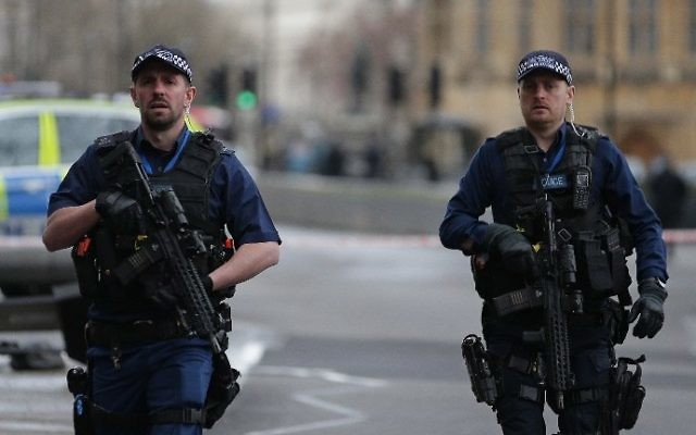 Armed British police officers patrol outside the Houses of Parliament in Westminster, central London on March 22, 2017 after a terror attack. (AFP Photo/Daniel Leal-Olivas)
