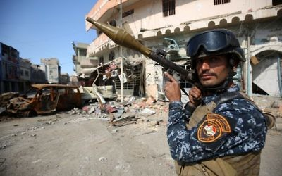 A member of the Iraqi forces stands guard at the frontline of the Old City of Mosul on March 25, 2017, during the government forces' ongoing offensive to retake the city from Islamic State (IS) group fighters. (AFP/Ahmad Al-Rubaye)