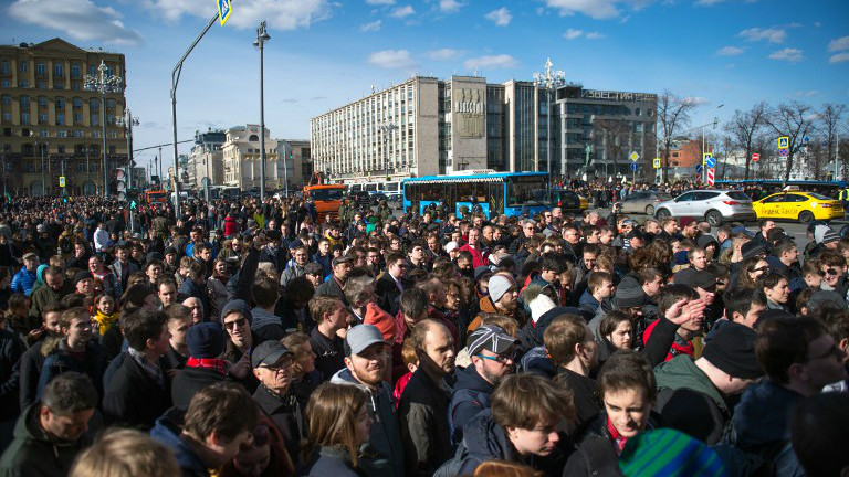 Opposition supporters take part in an unauthorized anti-corruption rally in central Moscow on March 26, 2017. (Alexander UTKIN / AFP)