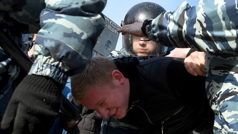 Police officers detain a man during an unauthorized anti-corruption rally in central Moscow on March 26, 2017. (Vasily MAXIMOV / AFP)
