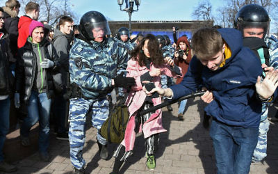 Police officers detain protesters during an unauthorized anti-corruption rally in central Moscow on March 26, 2017. (Vasily MAXIMOV / AFP)