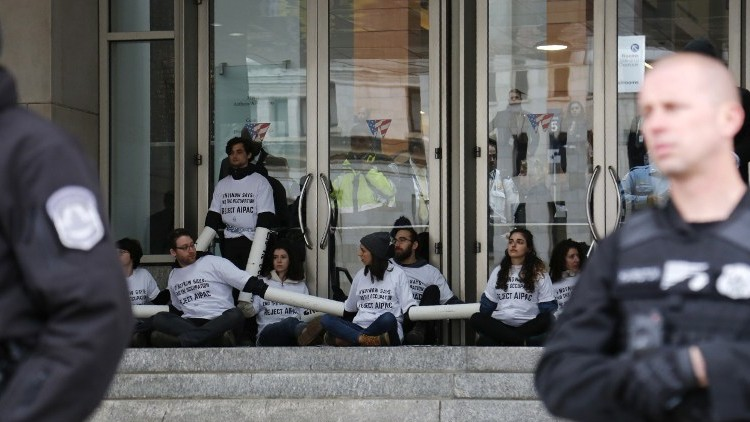 Anti-settlement demonstrators hold placards and protest in front of Walter E. Washington Convention Center in Washington, on March 26, 2017, during the American Israel Public Affairs Committee Policy Conference. (AFP Photo/Andrew Biraj)