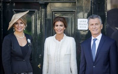 Argentinian president Mauricio Macri (right), his wife Juliana Awada (center) and Dutch queen Maxima pose in front of the Anne Frank House in Amsterdam, Holland, on March 27, 2017. (AFP/ANP/Patrick van Katwijk)
