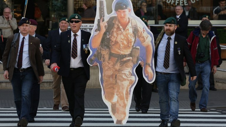 Supporters of jailed former British soldier Alexander Blackman arrive at The Royal Courts of Justice in London on March 28, 2017. (AFP Photo/Daniel Leal-Olivas)